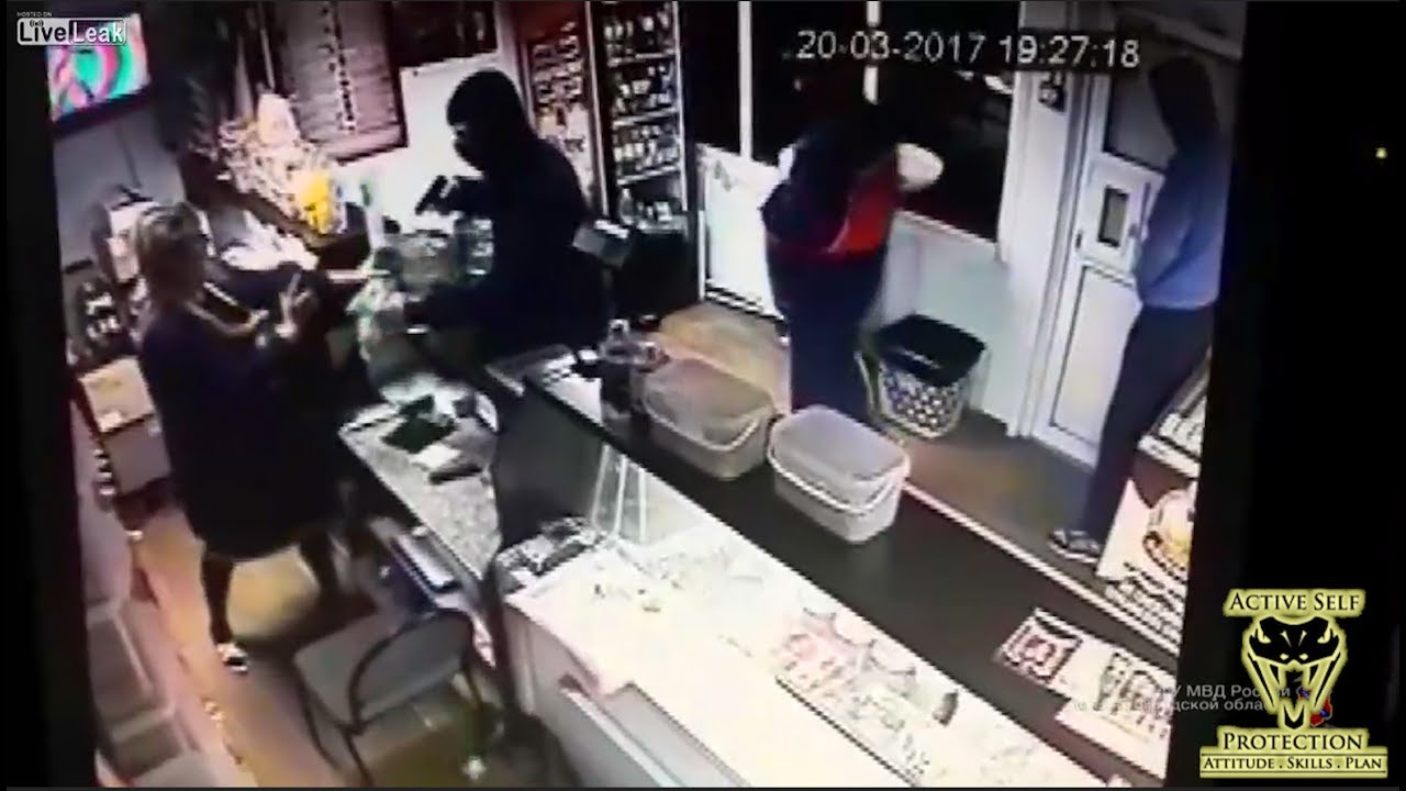 Robber Wasn't Expecting Bystander to Get Involved | Active Self Protection